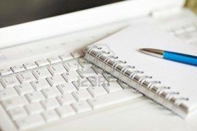 6834932-strumenti-moderni-giornalista-computer-portatile-bianco-taccuino-e-una-penna-profondit-di-campo-mess
